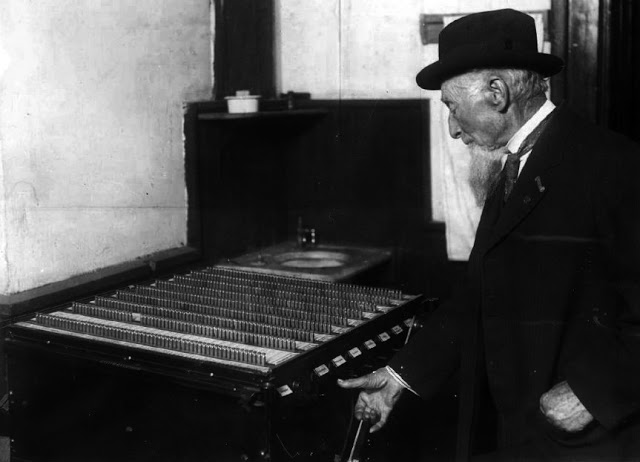 voting_machine_denver_colorado_1912